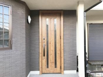 リフォームで木目調のオシャレな玄関ドアに大変身!